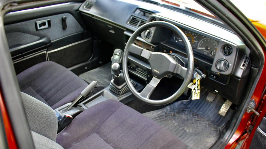 One owner Corolla AE86 interior looks well preserved